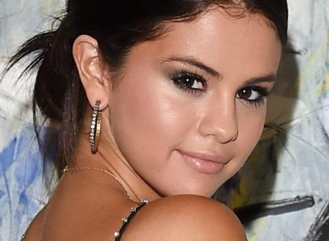News video: Selena Gomez Flashes Major Skin With Cara Delevingne At Leonardo DiCaprio's Foundation Gala